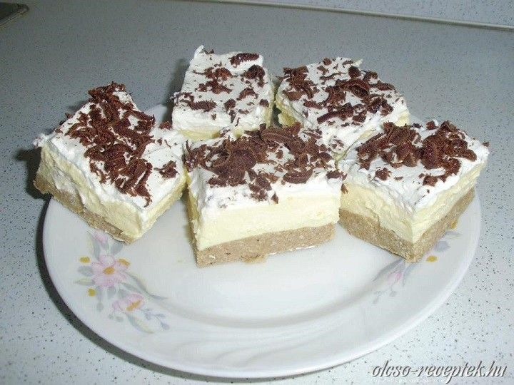 Hozzávalók az alaphoz:  50 dkg gesztenyepüré 25 dkg darált keksz 5 dkg vaj 5 evőkanál tej 2 evőkanál rum  A krémhez:  8 dkg főzhető vaníliás...