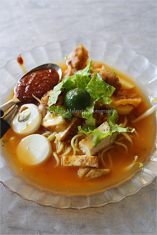 Yellow egg noodles drenched in thick, sweet spicy gravy,  Mee Jawa 爪哇面 is one of the many popular noodle dishes sold by hawkers on the streets of Penang. #egg #noodle #streetfood