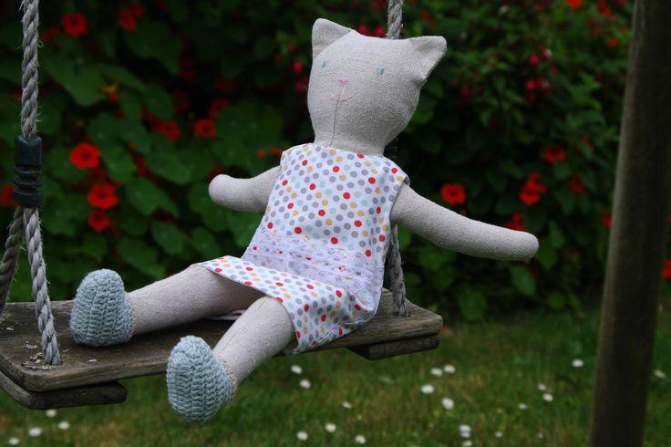 chat poupée en tissu et sa garde robe