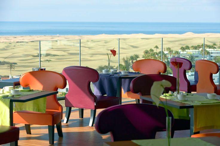 Bohemia Suites & Spa - Gran Canaria. Besser kann ein Tag nicht beginnen: Zum Frühstück geniessen die Gäste im Restaurant «360°» im 8. Stock nicht nur ein feines Buffet sondern auch einen spektakulären Panoramablick auf den Atlantik, die wüstenartige Dünenlandschaft von Maspalomas und die zerklüfteten Berge im Hintergrund.