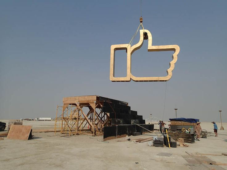 Dadara gaat op Burning Man een enorme Like-duim verbranden | VICE Netherlands