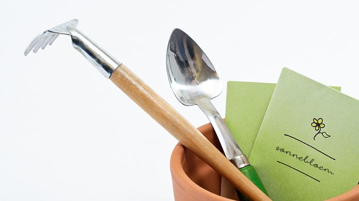 We hebben allemaal wel een aantal grote tuingereedschappen om mee in de tuin te werken. Een spade, een hark, misschien een schoffel en wellicht ook een snoeischaar. Maar wat doe je als je van plan bent om te zaaien? Ook daarvoor zijn er een aantal handige tools die je het leven wat makkelijker maken. Zaaibakjes…