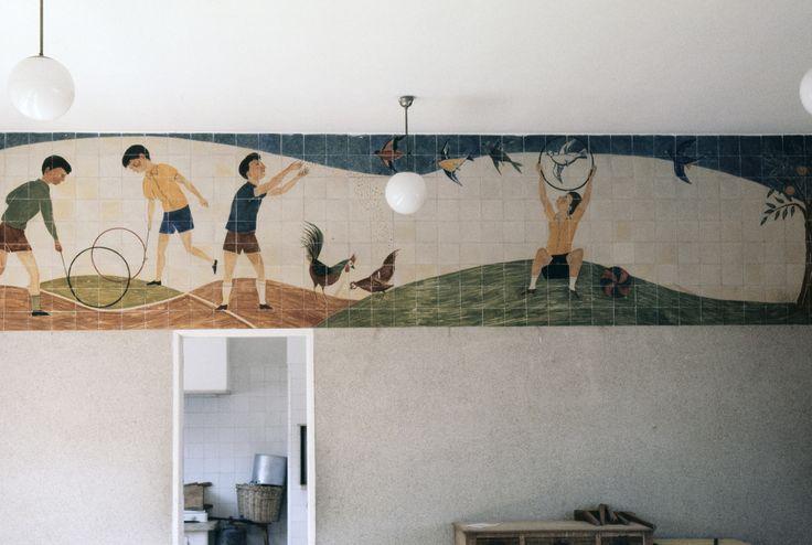 Rolando Sá Nogueira | Lisboa | Escola Primária do Vale Escuro / Elementary School of Vale Escuro | 1955 | Fotografia: © Ana Maria Almeida / Biblioteca de Arte - Fundação Calouste Gulbenkian #Azulejo #AzulejoDoMês #AzulejoOfTheMonth #SáNogueira #Lisboa #Lisbon