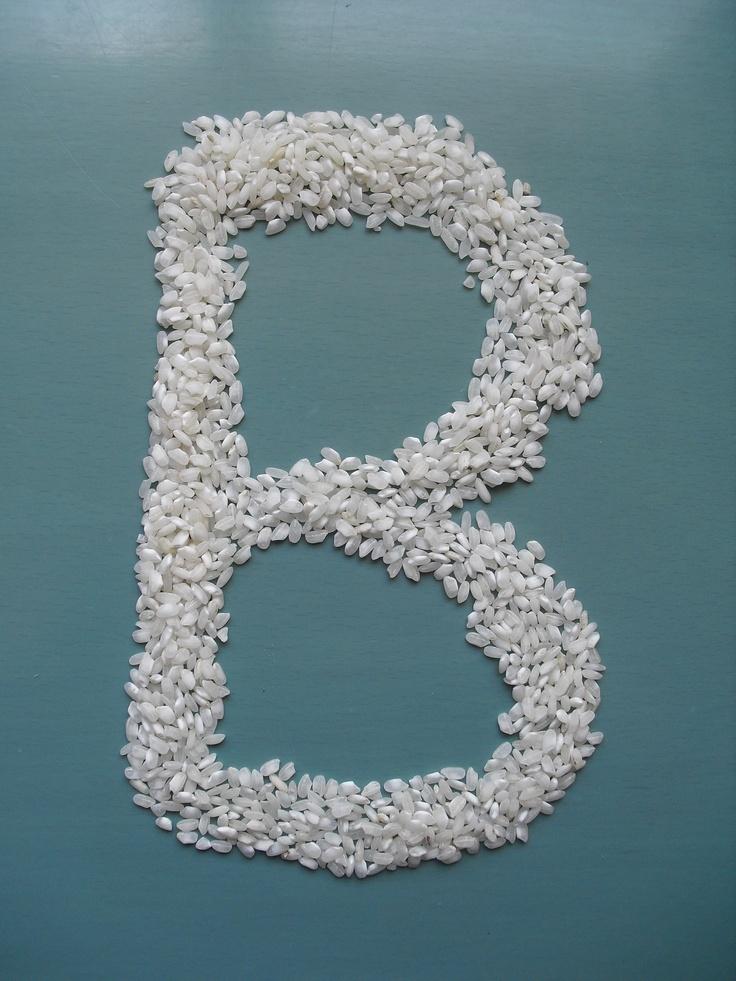 Letra B hecha con arroz