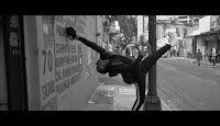 In questa pubblicità Apple ci mostra un ballerino che balla immerso in suo mondo creato dalla magia degli auricolari Aripods (cosa sono) utilizzati con l'iPhone 7 - Titolo della canzone di sottofondo.