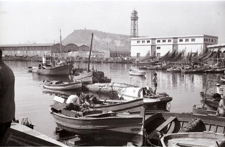 Barcelona-1965-el-moll-de-pescadors-port-vell-4-j-fuguet-sos-monuments.Pescadores de Barcelona.   Como ocurre en toda la costa catalana la actividad pesquera en Barcelona está en vias de extinción aunque algunos se empeñen en negarlo.