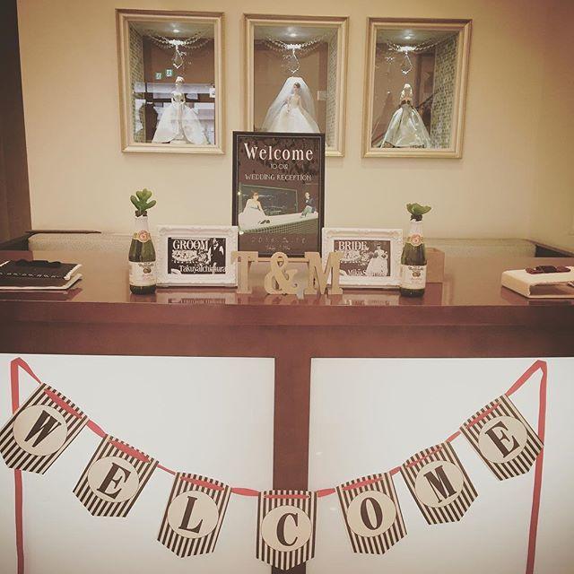 #結婚式レポ #受付スペース に #ウェルカムボード と #groombride 作りました☺︎! マルチネリのアップルサイダーに入ってるのは、植物ペン ★★ #ウェルカムガーランド も手作り ☺︎ #イニシャルオブジェ は #300coins のもの ☺︎ . 後ろのバービー人形が可愛いくて、、この式場のポイントみたいです(=^ェ^=) . #結婚式 #wedding #ウェディング #プレ花嫁 #花嫁 #結婚式準備 #ブライダル #手作り #手作り結婚式 #DIY #挙式 #披露宴 #ウェルカムボード #ウェルカムアイテム #ガーランド #芳名帳
