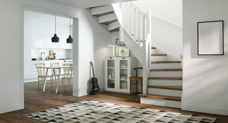 En klassisk trapp med rette linjer og elegante utskjæringer. Med valnøtt i trinn og på gulv kombinert med hvitt gelender, får du en løsning som ikke tar for mye av rommet. Tette trinn gir oppbevaringsmuligheter under trappen og vi lar derfor valget bli opp til deg.
