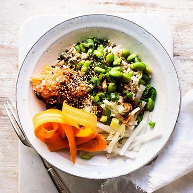 Donburi betyder skål på japanska och rätten som bär namnet består för det mesta just av en skål fylld med ris och topping. Här marinerar rå lax i en god sojasås, men det går lika bra med tofu eller stekt kycklinglår. Utsökt både som lunch och middag!