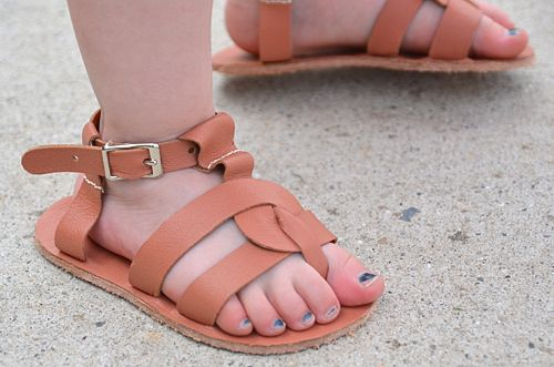 basic process of making leather sandals.: Diy Sandals, Diy Leather, Leather Progect, Baby Sandals, Greek Sandals, Leather Sandals, Baby Version, Handmade Leather, Children Sandals