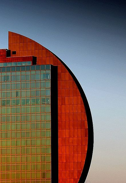The Radisson Blu Hotel in Frankfurt, Germany.  Designed by John Seifert (London)  |  Photo EOS1DsIII, Flickr http://www.flickr.com/photos/15514374@N05/3347366240