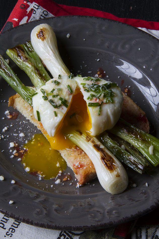 Bruschette con cipollotti, uova in camicia e pecorino