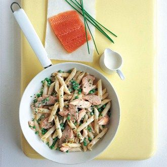 A quick summer dish with fresh chive, salmon and peas