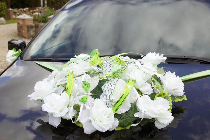 Ein Gesteck in Weiß und Grün aus Kunstblumen. Mehr Ideen in der Bildergalerie. #autodeko #autoschmuck