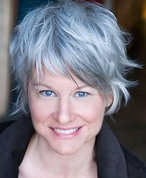 rövid frizurák 50 feletti nőknek - rövid női frizura ezüstre festett hajból
