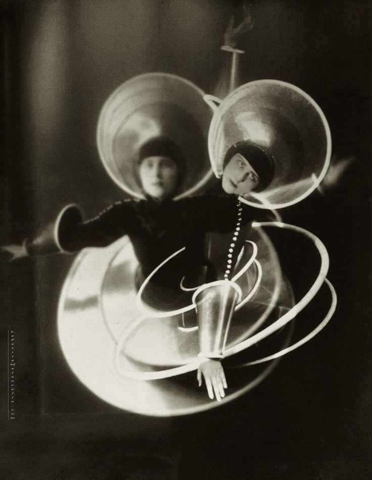 La spirale, figure from the Triadic Ballet of Oskar Schlemmer (1926)