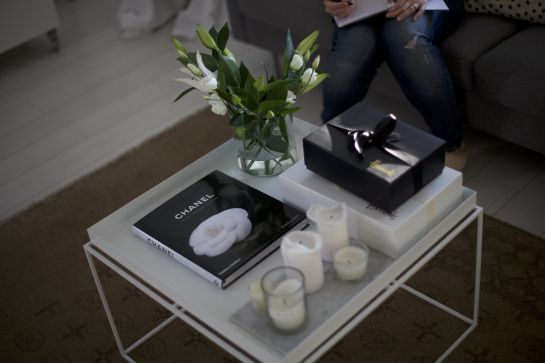 homevialaura | Hay Try Table | #lilies #chanel #candles