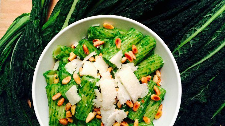 Grønnkål som base i pesto? Absolutt! Kjempegodt, og ikke minst kjempesunt. Se oppskrift på grønnkålpesto på Green Bonanza.