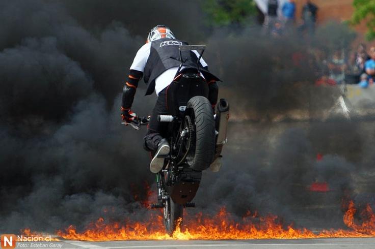 Rok Bagoros: el galán que sortea fuego en 2 ruedas