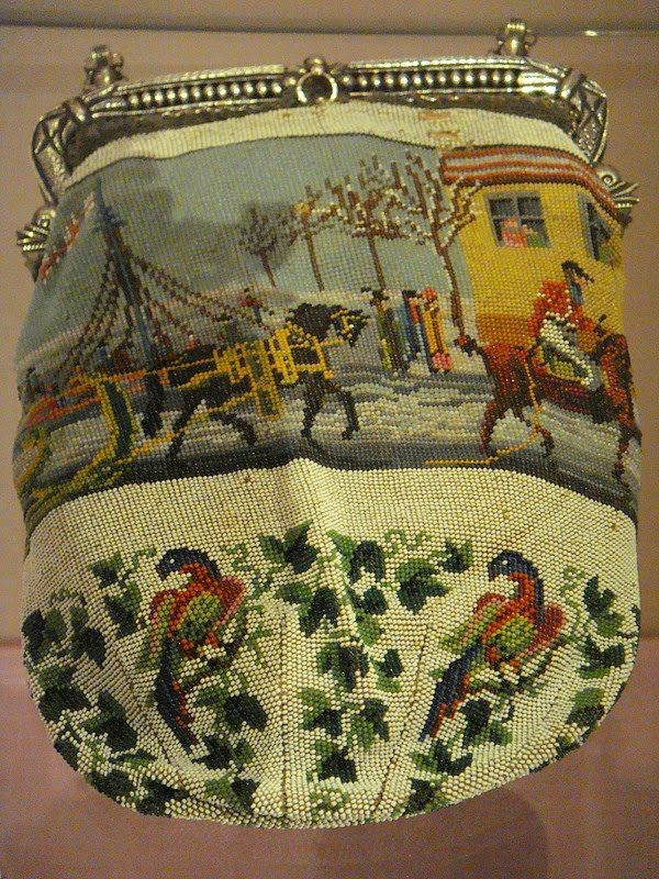 Yarnlot: Amsterdam-Tassenmuseum Hendrikje. Gebreide kralentasjes. Beaded bags. Sacs en perles.