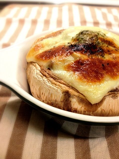 ガーリックバター&クレソル&チーズでシンプルに♫꒰・◡・๑꒱ - 44件のもぐもぐ - ジャンボマッシュルームのオーブン焼☆ by mizunoa