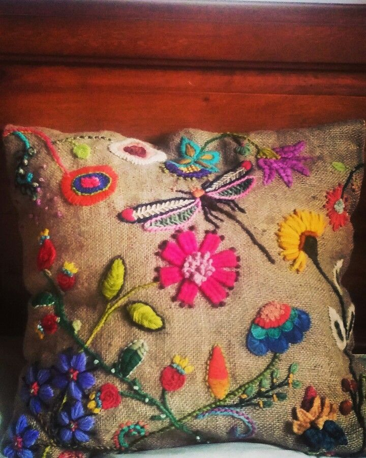 Almohadon bordado a mano hecho por Maria Evangelina Pratto para Enchantee