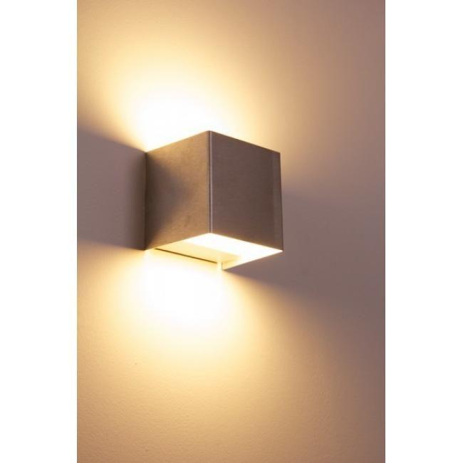 Olbia Wandleuchte Klare Formsprache, effektvoller Lichtschein: Beleben Sie das Raumgefüge durch den stilvollen Lichtakzent, den die beliebte Wandleuchte Olbia hervorbringt. Als Leuchtmittel fungieren 10 fest verbaute LEDs der EU-Energieklassen A++ bis A, die jeweils 0,5 Watt verbrauchen. Nur 5 Watt genügen also, um den milden Lichtstrom von 350 Lumen zu erzeugen. Das warmweiße Licht (Farbtemperatur 3.000 Kelvin) ist vor allem für Wohnräume geeignet. Die kompakte, aus gebürstetem Aluminium…