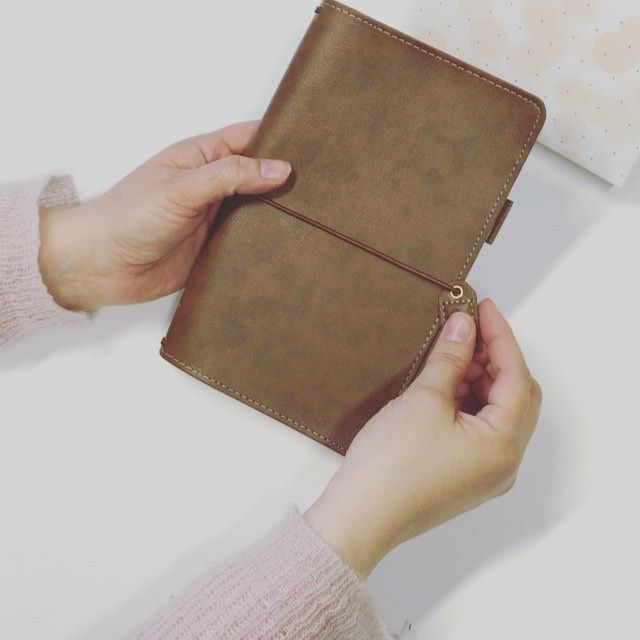 Sååååå fin  Slik ser Webster's Pages Travelers Planners ut inni  we like! #hobbykunst #hobbykunstnorge #travelersplanner #websterspages #haselnut #planneraddict #notebook #memorykeeping #inspirasjon #kreativglede #rosa #nettbutikk - Du finner dem under Planners & kalender i vår nettbutikk www.hobbykunst-norge.no