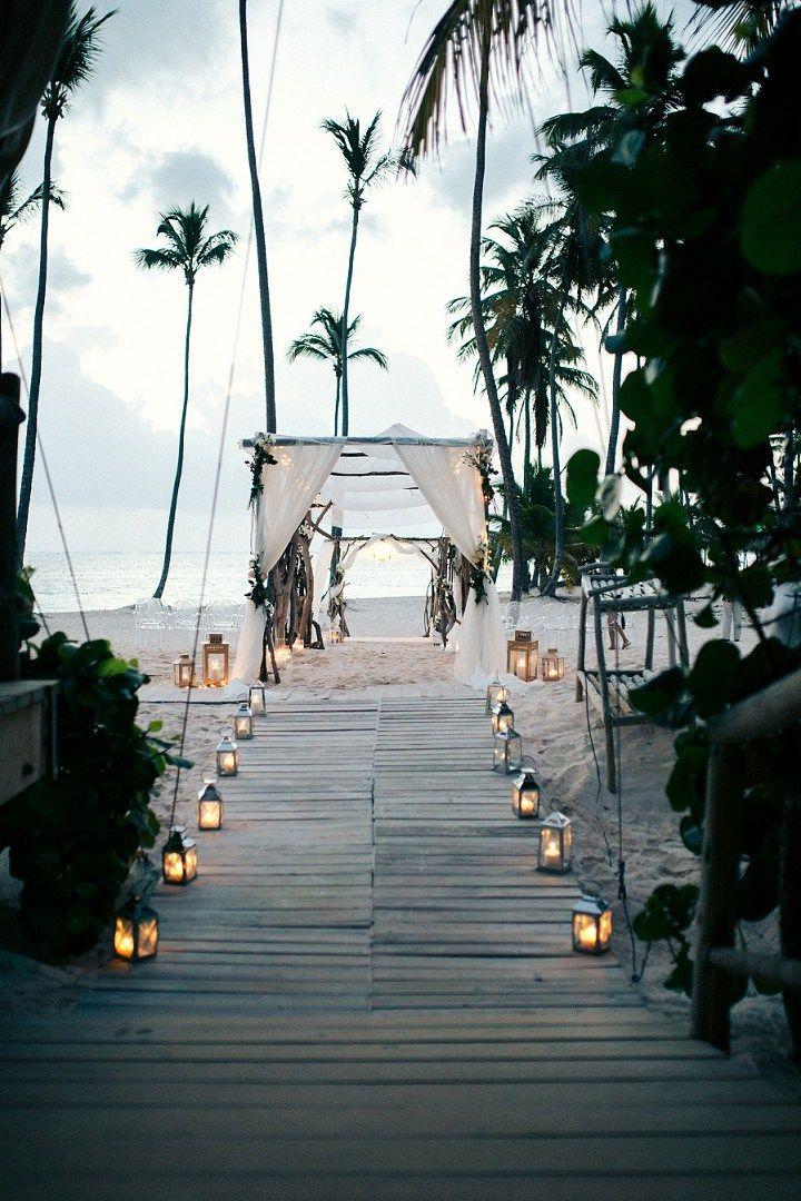 Ma: o q eu gosto eh a possibilidade das velas no trajeto como opção mais barata que flores. Ou as velas ajudando a iluminar uma área do jardim para danças, ou pra primeira dança do casal. Que achas? Perto da Bia Beach wedding in the Dominican Republic By Asia Pimentel Photography