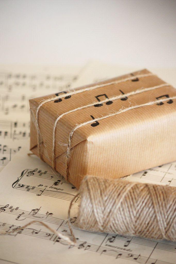 Gift wrapping idea for music lovers / Paketointi-idea musiikin ystävälle
