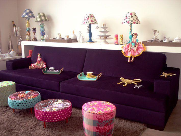 Como combinar as cores de uma sala onde a peça chave é um sofá roxo ou de cor mais forte? Vem ver as dicas! http://comprandomeuape.com.br/2016/08/sofa-roxo-na-decoracao.html