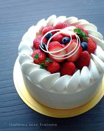 円形デコレーションの場合は、中心にいくほど高さが出るようにフルーツを盛ると、しっかりとした立体感が出て綺麗なシルエットになります。こちらのケーキは、美しく角の立った純白のクリームとフルーツの鮮やかな色が引き立て合って、まさにお手本のような仕上がりですね。