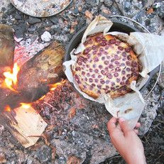Dutch Oven | baking a cake on the campfire