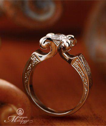 A Magyar Menyegző ékszekollekció megvalósításának ötletetét a Mátka nevet viselő gyűrűnk adta. E fotón kollekciónk legelső darabja látható. Egy régi csiszolású gyémánthoz készült, mely a megrendelő tulajdona volt. A tervezői szempont az volt, hogy régies legyen az ékszer megjelenése, mert maga a kő csiszolata is az volt.