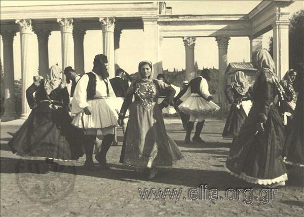 Εορτασμοί της 4ης Αυγούστου: γυναίκες και άνδρες με παραδοσιακές ενδυμασίες από τα Μέγαρα.1937.