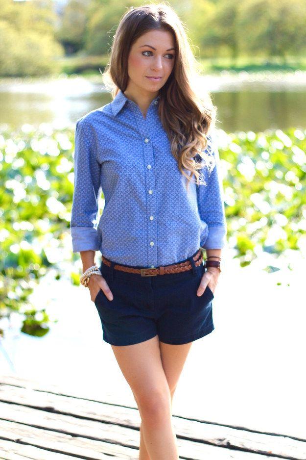 prendas náuticas, short y camisa azul con mangas dobladas y cinturón cafe