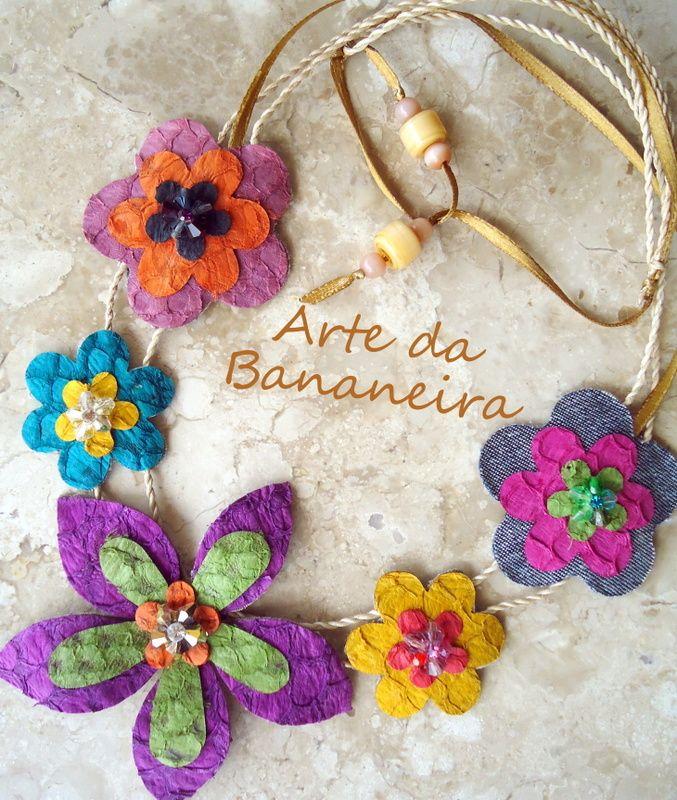 Couro de tilápia, jeans reciclado, corda de fibra de bananeira, decorado com cristais swarovski.