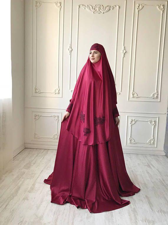 Élégant costume musulman fait de soie doux burgocolor. Le costume se compose de 2 parties d'une jupe et un Hammar, une jupe taille a un élastique, une dentelle garni de dentelle, haut poignets avec de beaux boutons. Sur la jupe de style parapluie photo, mais à des variations nous