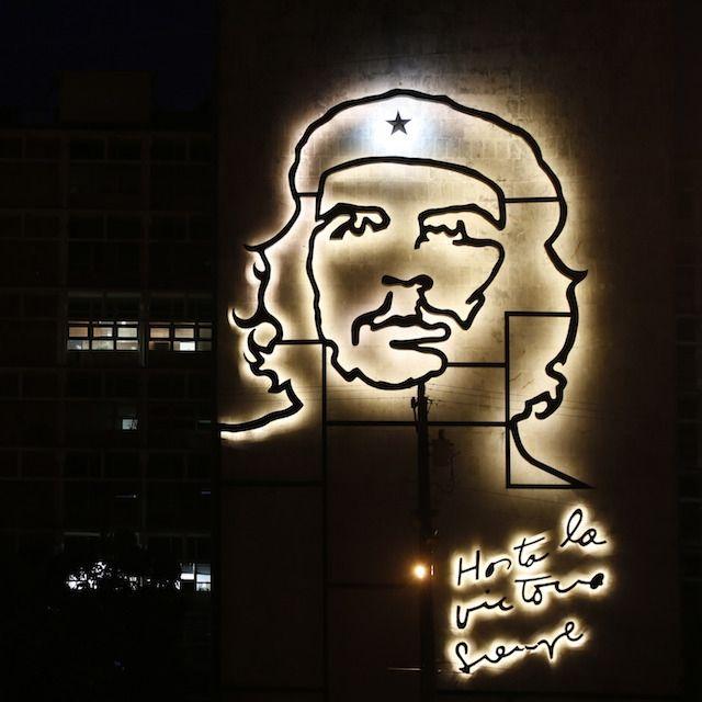 """La faccia di Che Guevara illuminata, con la scritta """"Hasta la victoria siempre"""", sull'edificio del Ministero degli Interni cubano a L'Avana. L'installazione è di Enrique Avila Gonzalez"""