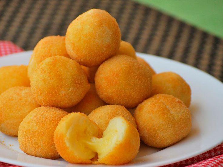 Receta tradicional de la cocina brasileña que suele ser servida en los cumpleaños de los niños. Están deliciosas, crujientes por fuera y cremosas por dentro.