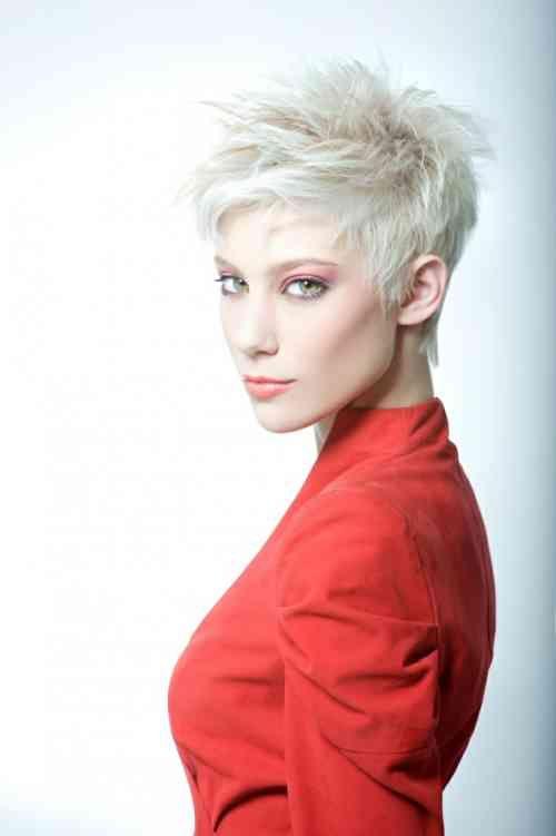 coiffure de style punk pour les cheveux courts