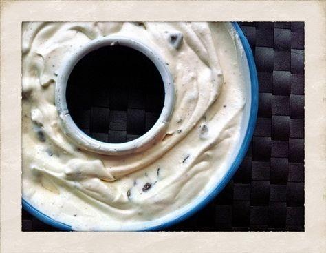 I går lavede jeg flødeis med Twix og Baileys. Den er supernem og hurtig at lave, og så smager den ret skønt - især sammen med en god kop nybrygget kaffe.  Det skal du bruge...  3 æggeblommer  80 g sukker  2 tsk vaniljesukker  2 spsk Baileys  0,5 l fløde  3 Twix    Sådan gør du: Pisk æggebl....