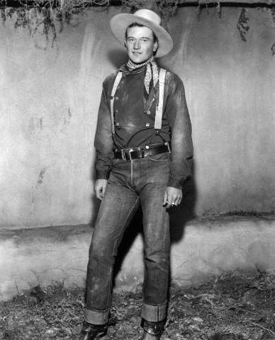 ジョン・ウェイン、1939年の映画Stagecoachから。501サスペンダーボタン付きです!1937年のモデルチェンジでサスペンダーボタンは廃止されました。37年以前の501と推定できます。 Photo: Bettmann/Corbis