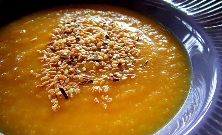La crema di zucca alle spezie è profumata e saporita, per la sua importanza, anche se è un primo piatto, può essere la protagonista di una cena.