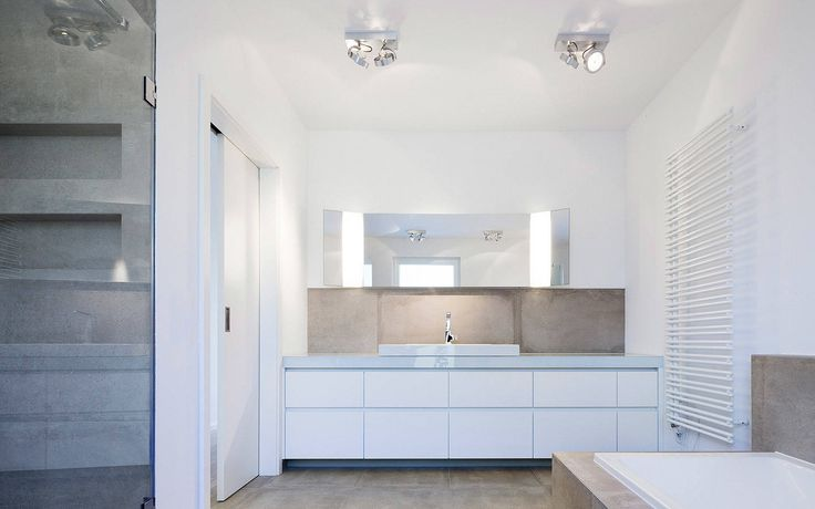 Elternbad mit individuell geplantem Waschtisch : Minimalistische Badezimmer von Skandella Architektur Innenarchitektur