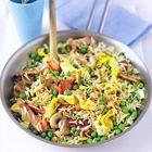 Supersnelle nasi goreng met ei, ontbijtspek, doperwten en champignons
