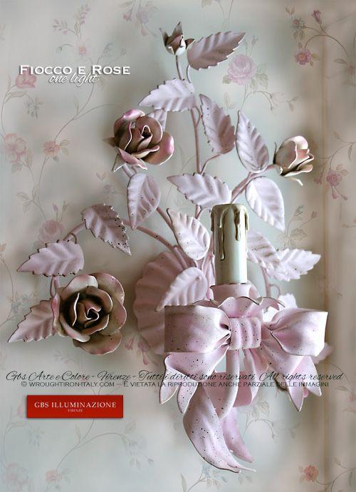 Camera da letto in stile romantico. Applique ad una luce rose e fiocco. GBS, Made in Italy