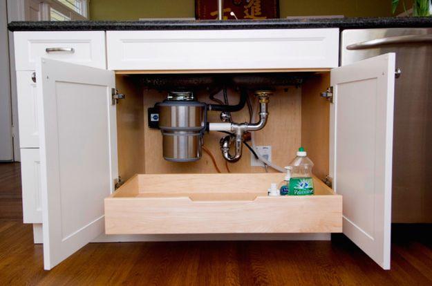 Instala un cajón extraíble debajo de la pileta para alcanzar más fácilmente los artículos de limpieza.