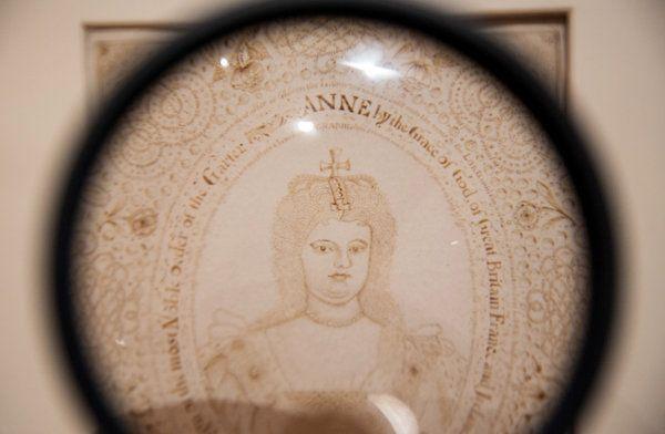 Завитки ее волос сделаны из крохотных букв, изложив три главы из книги Царств.Маттиас Buchinger