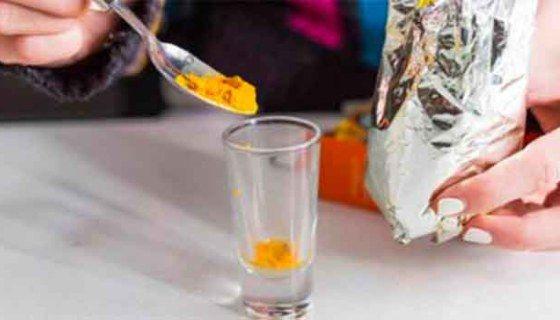 Dit is Wat er Met je Lever en je Hersenen Gebeurt als Je Gekookt Kurkuma Water Drinkt